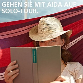AIDA Cruises Singlereisen mit dem Kreuzfahrtschiff - Frau die ein Buch in der Hängematte liest